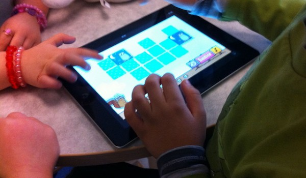 children-play-ipad